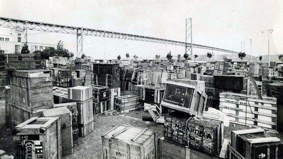 Em Belém, junto ao Tejo, amontoaram-se os caixotes de madeira dos retornados