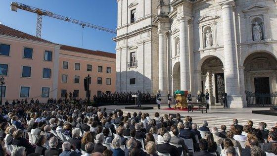 A escola é o edifício cor-de-rosa à esquerda, aqui fotografado aquando da trasladação de Sophia para o Panteão