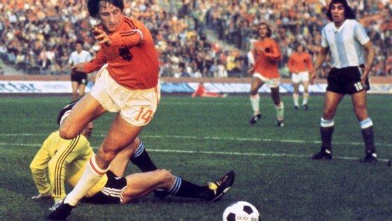 Johan Cruyff é holandês e uma antiga glória do futebol, que ganhou a Bola de Ouro três vezes, em 1971, 1973 e 1974.