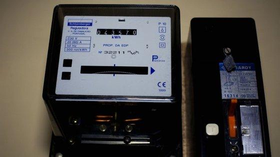 """O regulador da energia diz que o número de leituras efetuadas """"aumentou de 30,8 milhões em 2013 para 36,5 milhões em 2014"""""""
