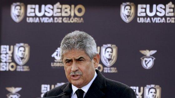 """""""Se alguém tem razões de queixa do Benfica ou de outro clube qualquer que as apresente às instâncias competentes e espere. Deixem de deslumbrar-se com os microfones, respeitem o futebol português e quem nele investe."""""""