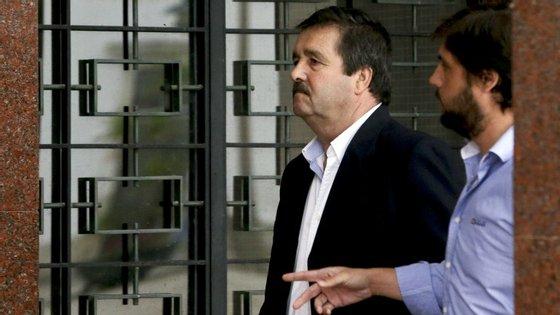 O empresário das sucatas está pronunciado por um crime de corrupção ativa, enquanto o outro arguido responde por um crime de corrupção passiva, sete crimes de falsificação de documento agravado e um de fraude fiscal.