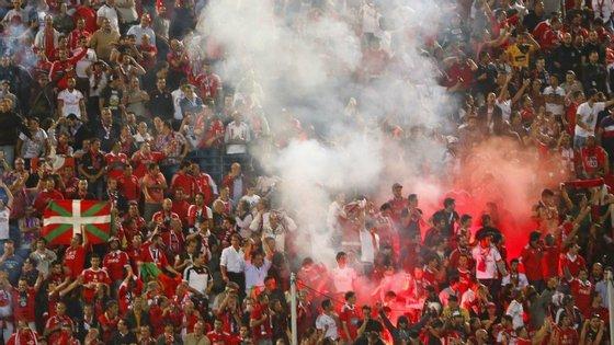 Os adeptos do Benfica incendiaram tochas que lançaram para as bancadas e para o relvado