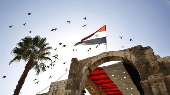 O Observatório Sírio dos Direitos Humanos informou que os confrontos começaram depois de o grupo Estado Islâmico ter lançado uma ofensiva a sul de Alepo