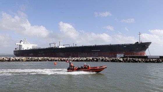 Os 22 tripulantes a bordo deram indicações à Marinha Portuguesa para não ser desenvolvida a operação de resgate.