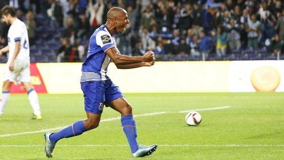 Brahimi festeja o 2-0. Ao longe, o médio do Belenenses, Rúben Pinto, cabisbaixo. Foi neste estado, de rastos (às vezes literalmente, com os defesas caídos no relvado), que o argelino deixou a defesa do Restelo