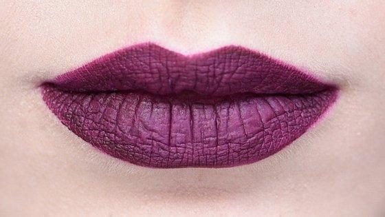 Os dias frios podem, e devem, ser cheios de cor e, para o outono e inverno de 2015, as tendências apostam nos lábios de ameixa, cor de vinho, vermelhos e até pretos.