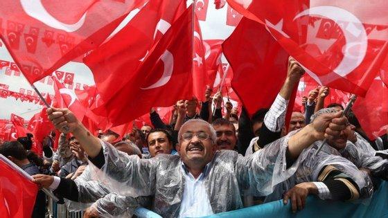 Apoiantes e simpatizantes do AKP num comício. O partido que governa a Turquia desde 2003 e que agora tenta voltar à maioria absoluta.