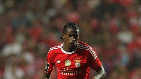 Tem 21 anos, está em época de estreia no Benfica e vai com nove jogos feitos na equipa de Rui Vitória. O selecionador gosta do que tem visto e chamou-o para o jogo decisivo do apuramento para o Europeu de 2016