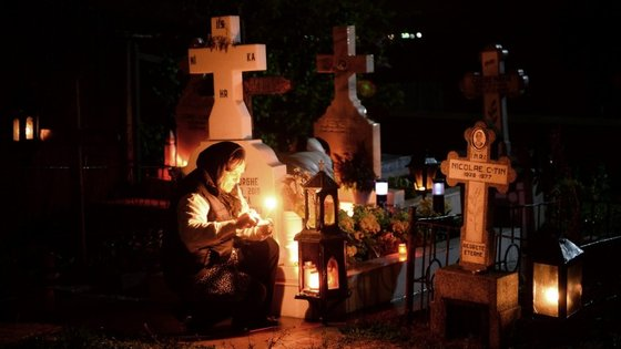 Para alguns, durante os dias 31 de outubro, 1 e 2 de novembro os vivos conseguem contactar com os mortos
