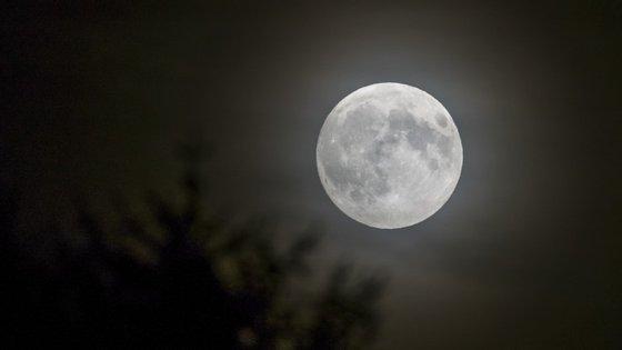 A lua é assim tão clara? Não, é ilusão ótica, diz Joe Hanson