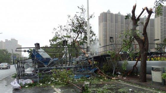 Os destroços depois da passagem do tufão Mujigae na província de Guangdong.