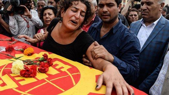 Familiares de uma das vítimas do atentado de Ancara durante o funeral realizado neste domingo