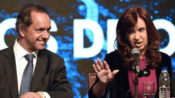 """Apesar de receber o apoio Cristina Kirchner, o candidato Daniel Scioli é apontado como sendo """"muito à direita"""" da Presidente cessante"""