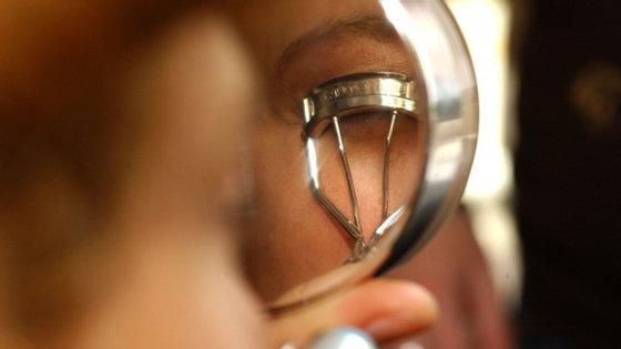 Um revirador vai dar curvatura e longa-definição às suas pestanas e um espelho de aumentar vai evitar muitos desastres na hora de aperfeiçoar pequenas zonas como os olhos e as sobrancelhas. Conheça os outros objetos na fotogaleria.