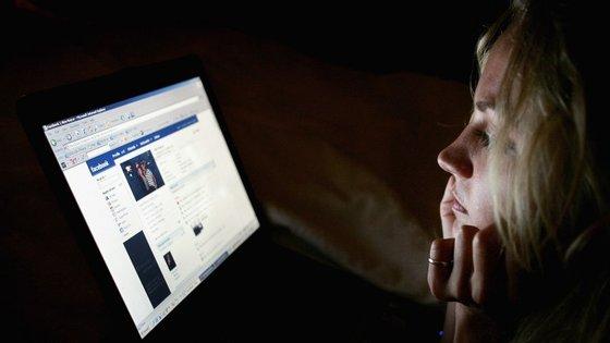 Predadores pedem amizade, normalmente com identidade falsa, aos pais das vítimas para terem acesso às imagens dos filhos