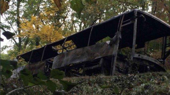 O autocarro onde viajavam as vítimas que ficou completamente carbonizado.