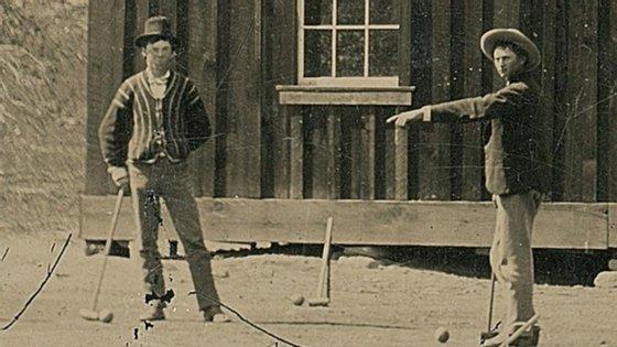 Billy the Kid, à esquerda, a jogar críquete em 1878.