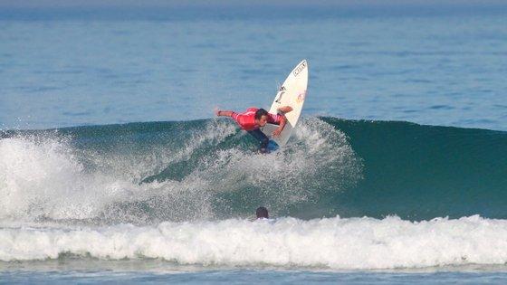 Vasco Ribeiro sagrou-se campeão mundial júnior no ano passado no Guincho e, agora, qualificou-se para os quartos-de-final do evento QS10.000 que decorre nas mesmas ondas