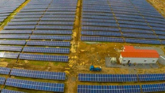 Pormenor do campo de 46 mil painéis fotovoltaicos que alimentam o aeroporto indiano