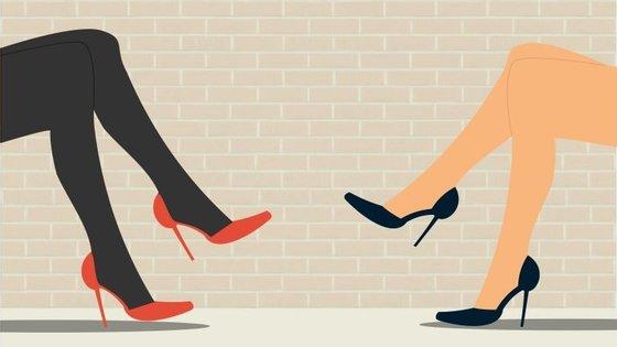 Ana Cristina Marques (à esquerda) e Sílvia Silva (à direita) dão o pontapé de saída: afinal, devemos ou não usar meias opacas?