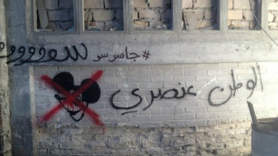 """Numa das paredes do campo de refugiados fictício pode ler-se em árabe """"Homeland é racista""""."""