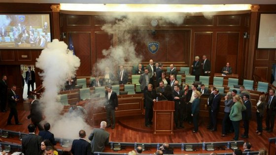 Já começa a ser tradição. O debate parlamentar no Kosovo termina com gás lacrimogéneo, pela segunda vez em uma semana.