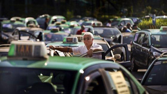 A polémica ganhou nova dimensão com a entrada da Uber no mercado
