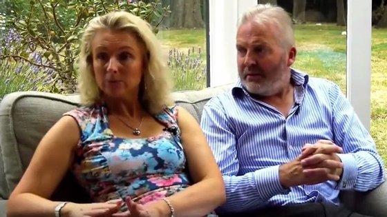Captura de ecrã de um vídeo do YouTube de Simon Binner, com a mulher Debbie.