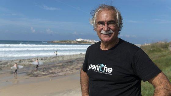 A fotografia foi tirada no ano passado, mas o sorriso e o bigode mantêm-se. António José Correia, ou Tózé, como toda a gente o trata, já tinha saudades de conviver com os surfistas do circuito mundial