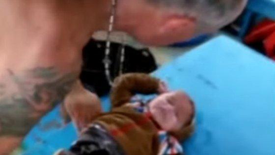Um pescador turco puxou uma criança síria, de 18 meses de idade, que andava à deriva nas águas geladas do Mar Egeu, e pode ter salvo a vida do rapaz.