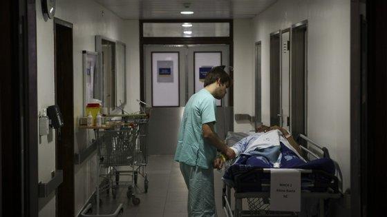 """O secretário de Estado adjunto da Saúde diz que está mais preocupado com a """"questão do vírus ser mais agressivo"""" e não tanto com os turnos da passagem de ano"""