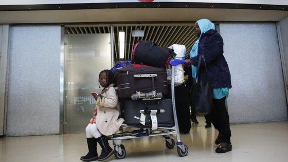 As cinco famílias são compostas por 13 adultos, dois bebés e outras crianças mais velhas
