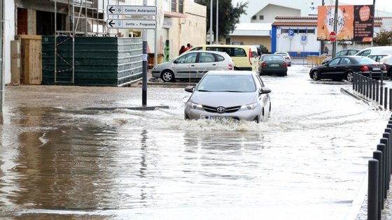A baixa de Quarteira foi uma das zonas mais afetadas pela chuva