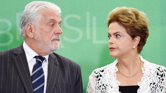 O ministro da presidência Jaques Wagner, à esquerda da imagem, garantiu que a dívida será paga até ao final do ano