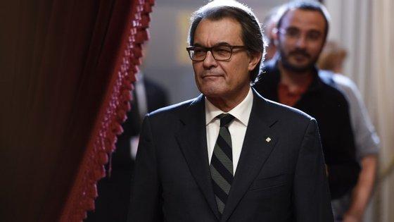 Artur Mas, o candidato da coligação Junts pel Sí (que tem mais 3 partidos independentistas) recusa ceder às pretensões da CUP, que pretendia que o candidato da coligação saísse de um dos 3 partidos de esquerda que a compõem