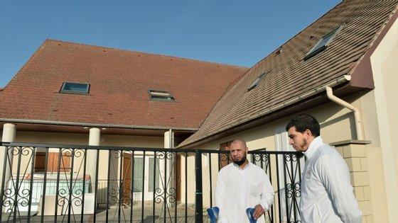 Esta é a mesquita de Luce, perto de Chartres, que era frequentada por Omar Ismael Mostefai. Aqui estão dois responsáveis pela mesquita.