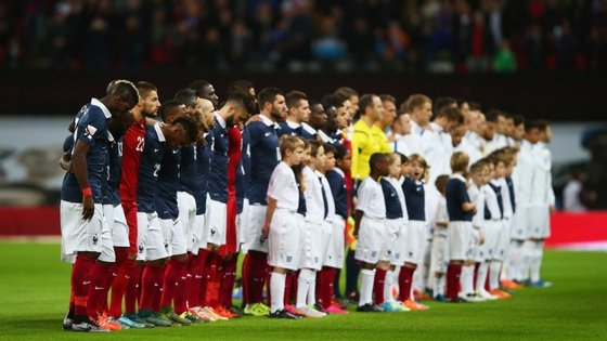 Titulares e suplentes, franceses e ingleses. Todos os jogadores se alinharam no relvado antes do jogo para ouvirem o Estádio de Wembley entoar a Marselhesa e homenagear as vítimas dos atentados de Paris