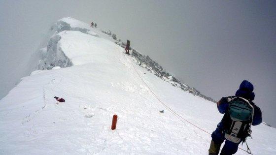 Nem o facto de o governo nepalês ter baixado o preço da licença obrigatória para escalar o Evereste contribuiu para que alguém conseguisse escalar até ao cume