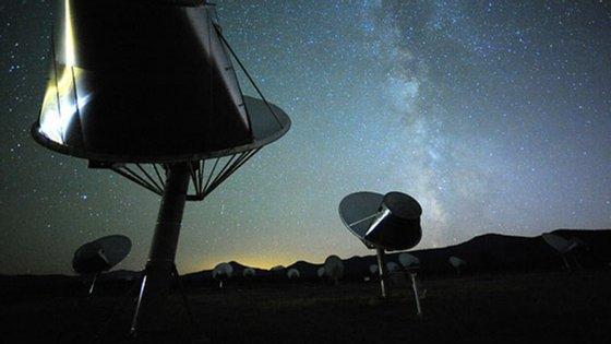Allen Telescope Array do SETI é um conjunto de 42 antenas de seis metros de diâmetro cada