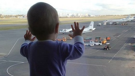 A bebé de 10 meses, Darina Gromova, minutos antes do embarque.