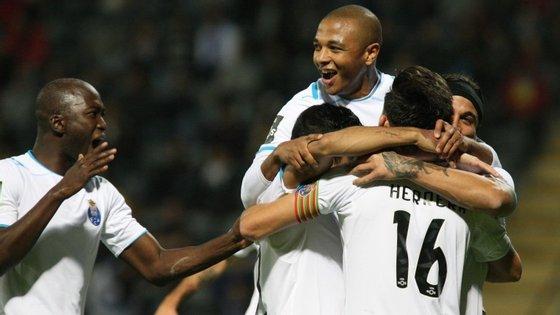 """O jogo do FC Porto em Aveiro, com o Tondela, não foi famoso. Mas Brahimi resolveu-o com um daqueles golos que lhe granjearam fama. Esta noite o golão foi de Corona, ali atravancado entre Brahimi e o """"16"""" Herrera"""