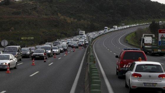 Fotografia de fila na A1 depois de um acidente, em 2014