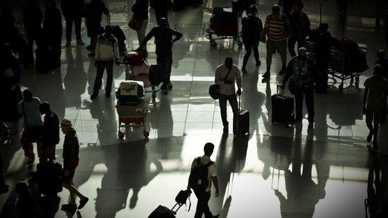Funcionários e sindicato atribuem a culpa à falta de pessoal e de meios para a fiscalização no aeroporto.