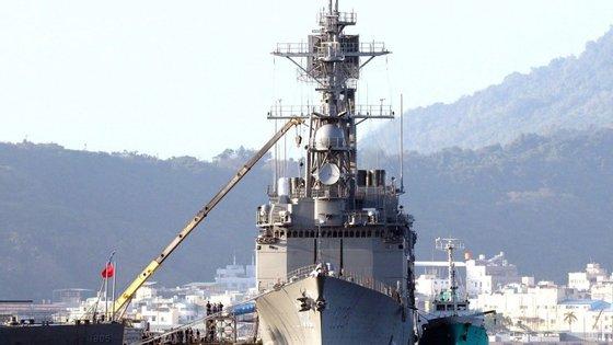 """""""A China apela aos EUA (...) para que cancelem a venda de armas a Taiwan e suspendam os contactos militares com Taiwan, de forma a evitar danos maiores nas relações sino-norte-americanas e na cooperação bilateral em áreas importantes"""", apelou o ministro dos Negócios Estrangeiros chinês."""