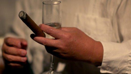 Um cenário habitual em passagens de ano, charuto e flûte de champanhe.