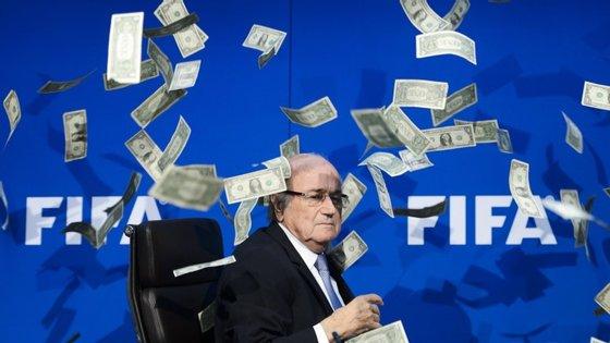 Joseph Blatter vai esta quinta-feira comparecer diante do Comité de Ética na FIFA. A 25 de setembro o órgão instaurou-lhe um processo de corrupção e desvio de fundos e, no início de outubro, suspendeu-o por 90 dias da presidência da FIFA