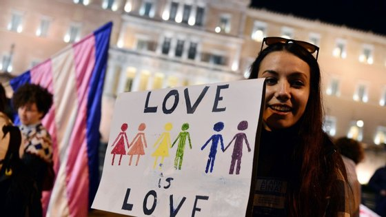 """Durante todo o debate, e assim que terminou, dezenas de ativistas reuniram-se na Praça Syntagma, situada em frente ao parlamento, numa manifestação sob o lema """"A lei é o amor""""."""