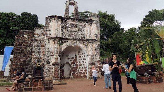 A estratégia cultural implementada por Afonso de Albuquerque durante a colonização de Malaca ainda se mantém viva na cidade malaia através de património material e imaterial e de uma comunidade que se assume como portuguesa