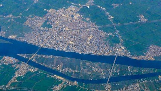 A cidade de Naucratis foi um ponto fundamental de trocas comerciais e culturais entre o Egito e outros povos do Mediterrâneo, localizando-se no delta do Nilo, representado na fotografia